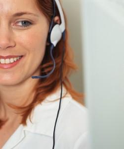 mosolygó, telefonáló nő